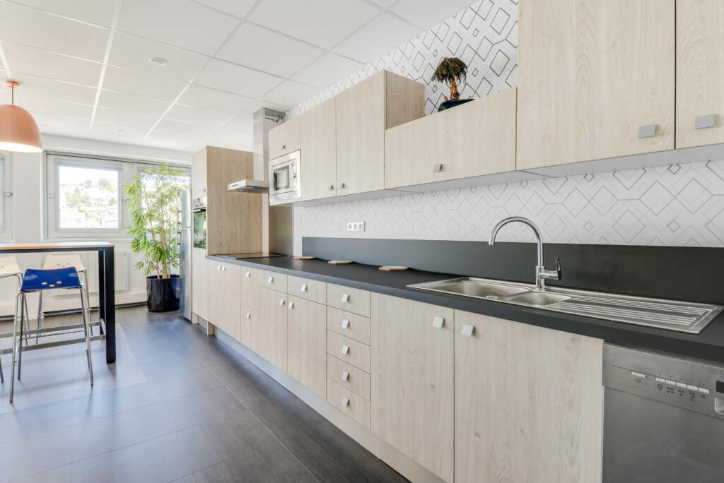 Rénovation cuisine de bureau et éclairage