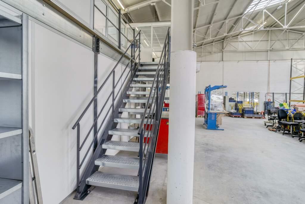 amenagement mezzanine batiment industriel 7 1024x684 - Création mezzanine et bureau dans bâtiment industriel